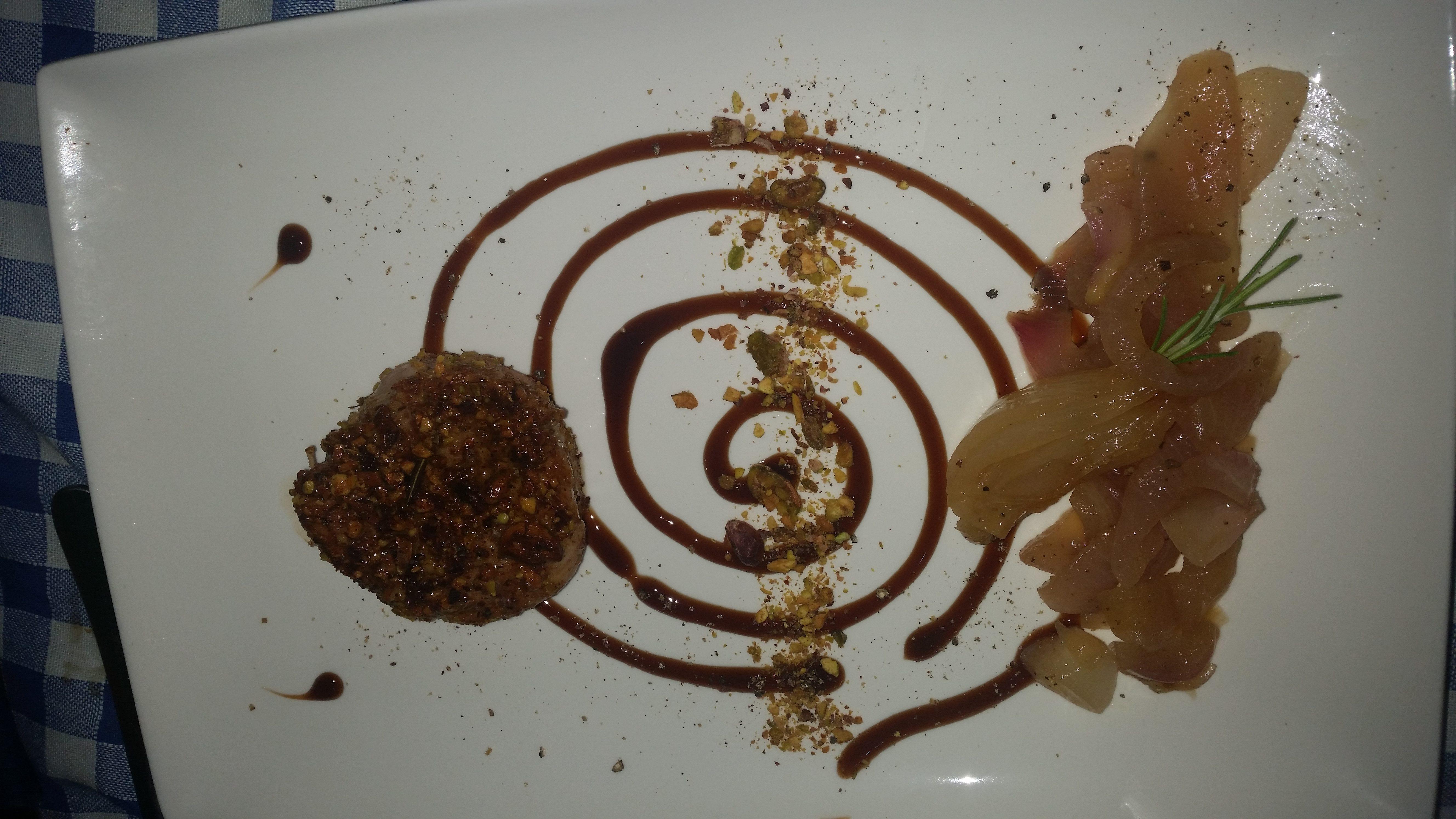 Filetto di maiale in crosta di pistacchi con cipolle glassate